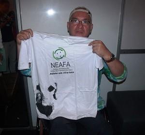 Hebert Viana posa com blusa da Ong (Foto: Divulgação/Neafa)