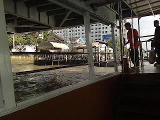 การเตรียมตัวคล้องเชือกก่อนถึงโป๊ะเรือ ของเด็กท้ายเรือ