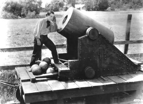 Fotograma de The General (1926) que muestra a Buster Keaton poniendo la oreja un mortero
