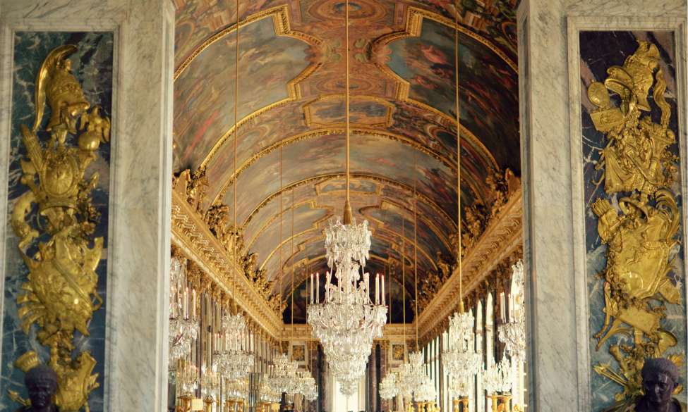 a view of the galerie des glaces in chateau de versailles