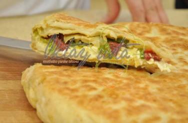 Sucuklu Peynirli Tava Böreği Tarifi