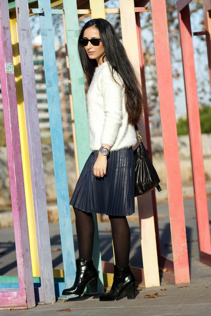 Bloguera Valencia con falda plisada y botines de hebillas de Zara