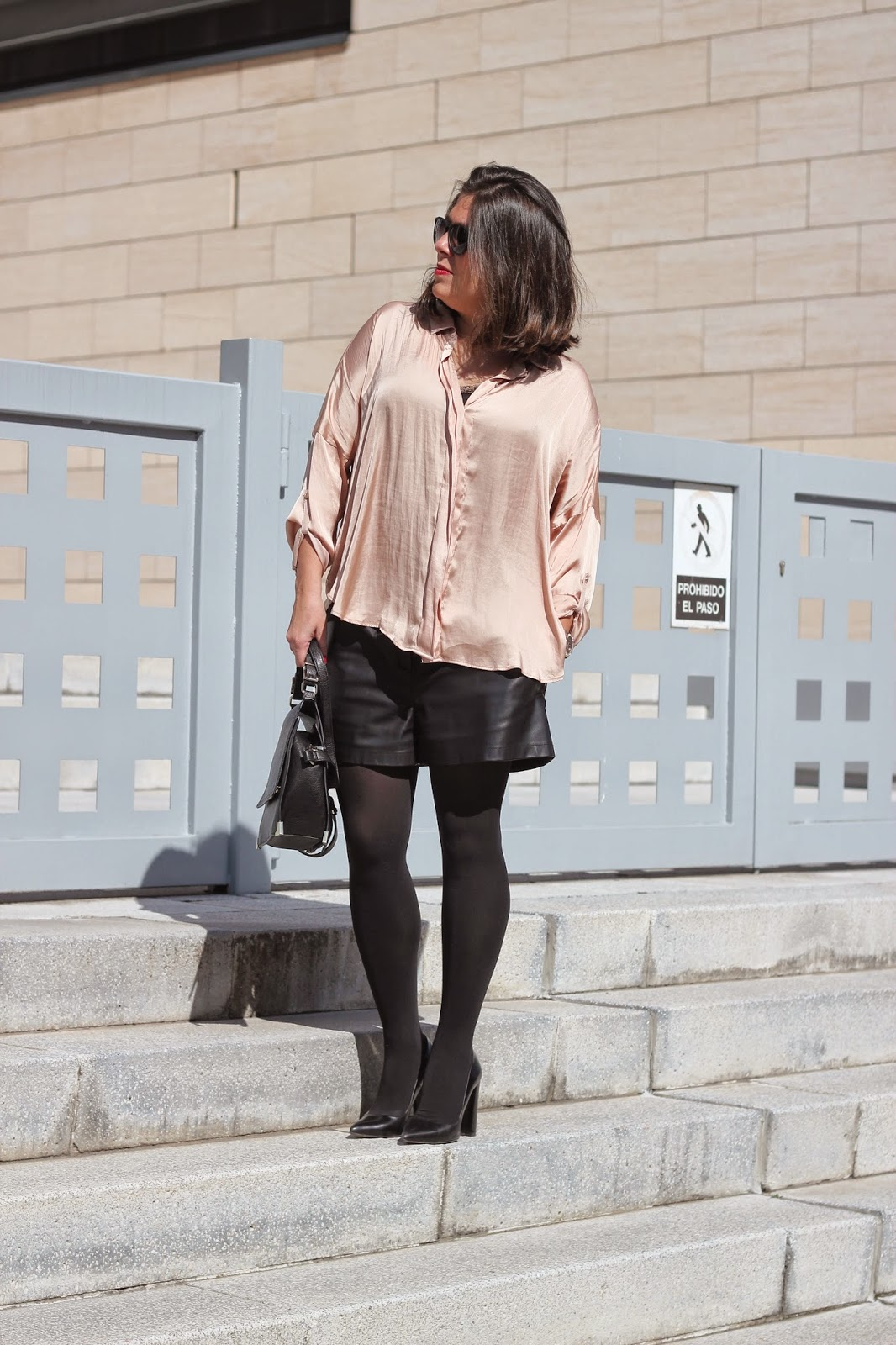photo-look-street_style-nude_silk_shirt-leather_shorts-zara