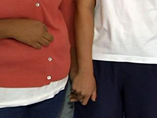 Aluna expulsa por namorar colega acusa colégio de homofobia, em GO