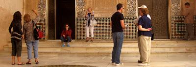 Bezoekers op Plaza del Mexuar in het Alhambra