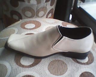 sepatu bally cream yang dilihat dari kiri