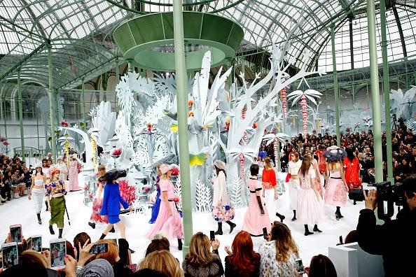 O tão esperado desfile Haute Couture Primavera/Verão 2015 da Chanel, sob o comando de Karl Lagerfeld, aconteceu na passada terça-feira, no Grand Palais, em Paris. Nesta colecção de Alta-Costura, marcada pela elegância das peças, destacaram-se os tons pastel... Dicas de Moda e Imagem no Blog de Moda Style Statement. Blog de moda portugal. Blogues de moda portugueses.