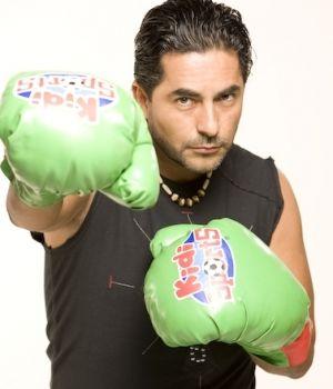 Raúl Araiza con guantes de boxeo