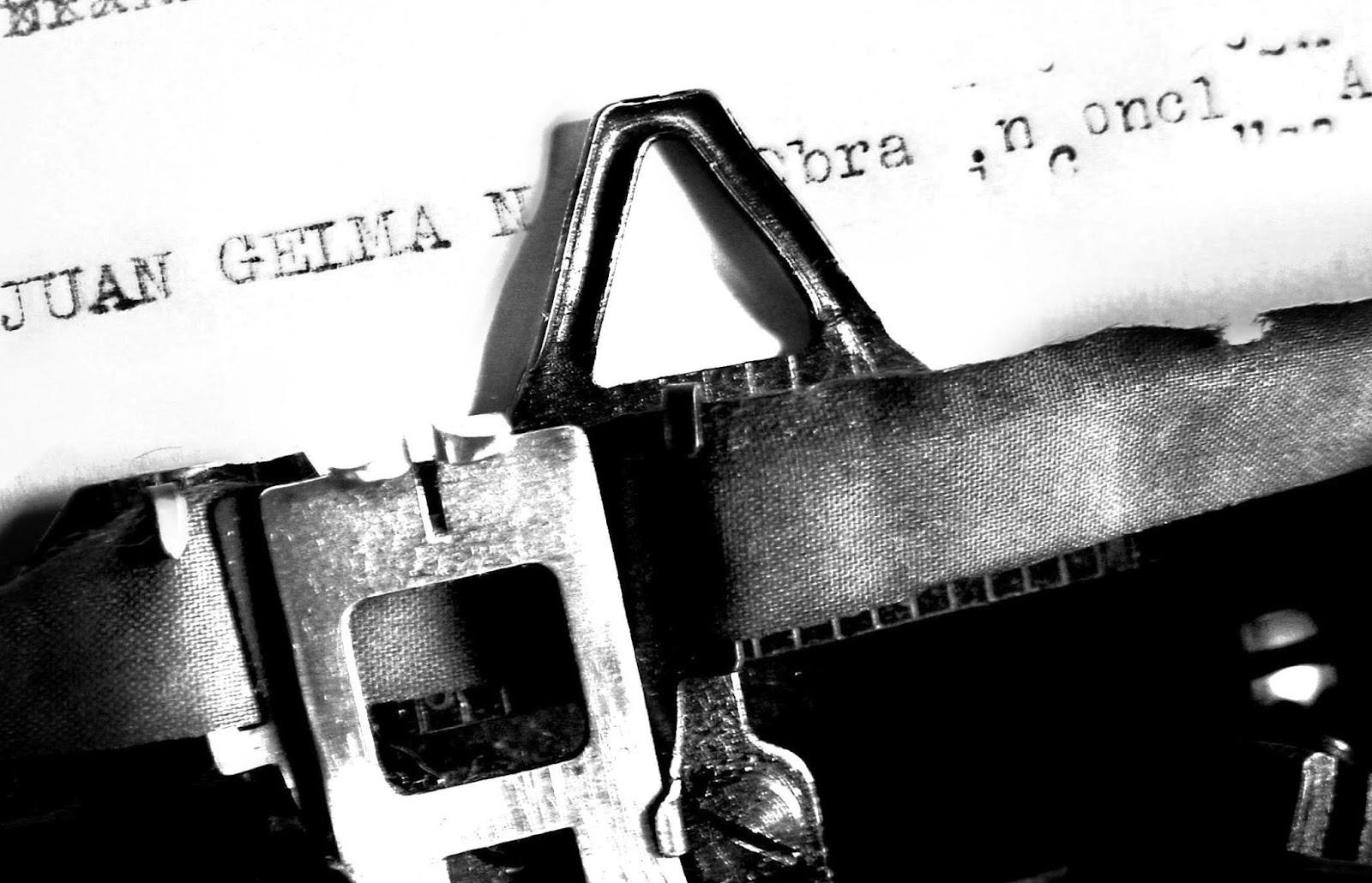 Máquina de escrever com papel datilografado onde se lê: Juan Gelma N... Obra...