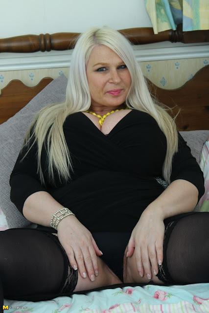 Mature blonde BBW Samantha Sanders strips naked after an innocent panty flash № 309098  скачать
