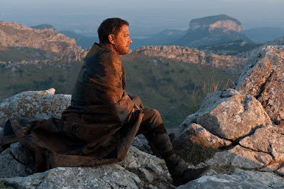 Tom Hanks sentado en una montaña