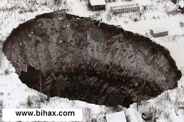 صور   حفرة ضخمة بعمق 100 قدم تهدد بابتلاع مدينة بيرم الروسية