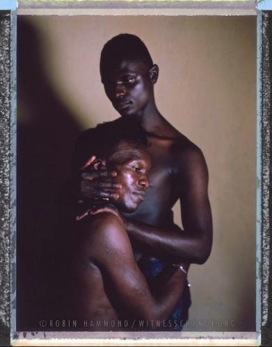Fotógrafo registra LGBTs onde a assumir sexualidade e gênero é proibido