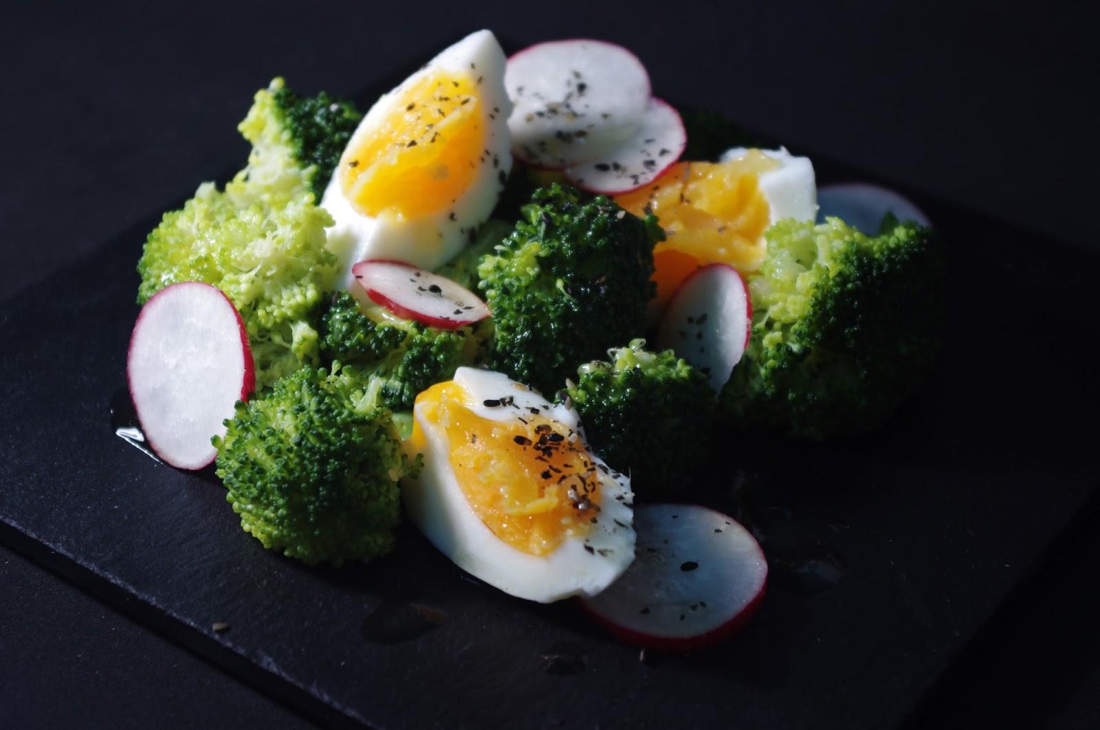 Ensalada de brócoli y huevo con rábano y salsa de miel