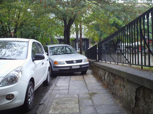 Παρκαρισμένα να εμποδίζουν την διέλευση πεζών σε πεζοδρόμια