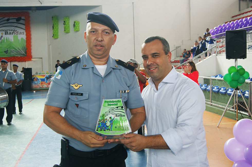 O presidente da Câmara Municipal, vereador Mauricio Lopes, entrega troféu de participação à Companhia Independente da Polícia Militar