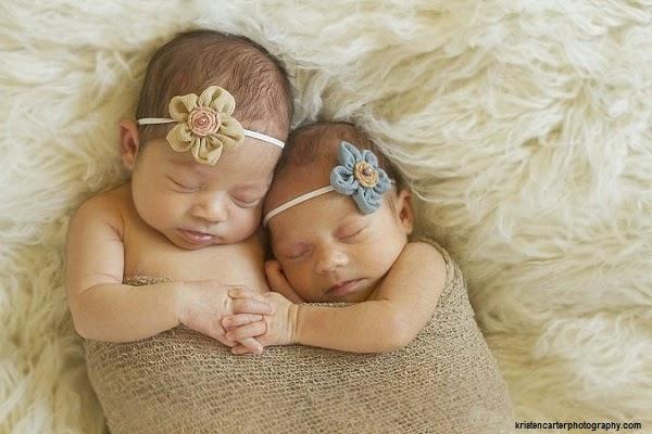 Photo bébé jumeaux fille qui se tiennent la main