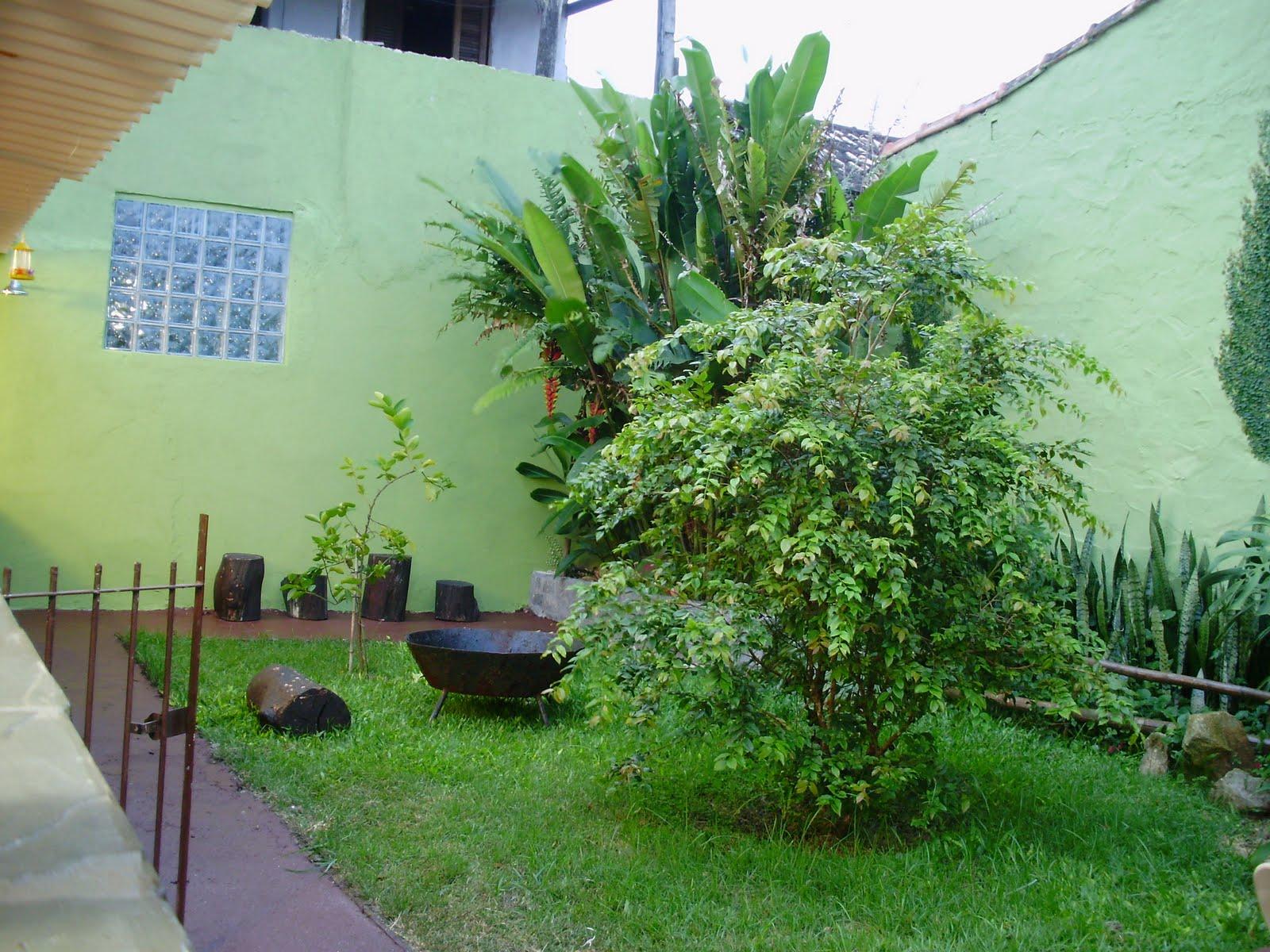 No jardim da frente, bambús, bonsai, vasos e mais vasos, um jardim