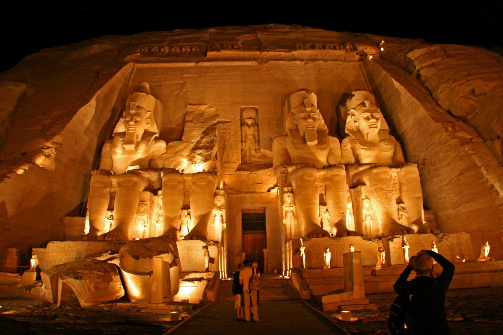 http://2.bp.blogspot.com/-Edvtw5i1N2Q/TsUK-ntIQYI/AAAAAAAAFFo/Oq-mbvq7hRY/s1600/egypt-pyramids+wallpaper.jpg