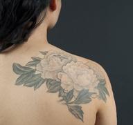 daha fazla omuz üzerinde çiçek ve dal dövmesi