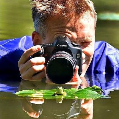 Fotógrafo y rana pequeña