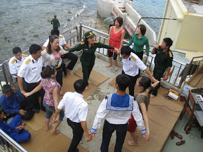 Văn công phục vụ trên đảo nổi