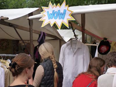 """""""WOW"""" in Comicschrift und ein einem Sternchen über einem der Marktstände"""