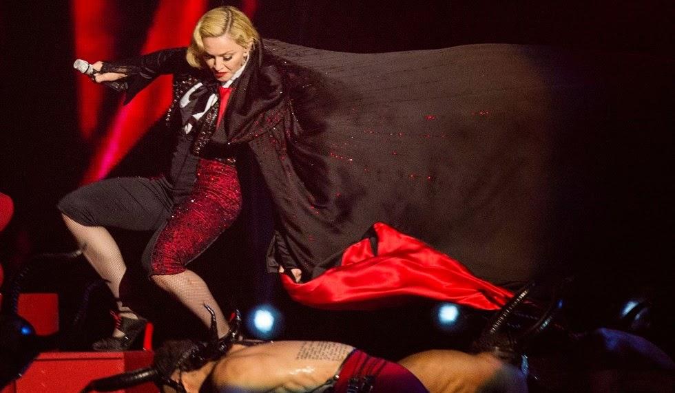 Madonna cade dal palco dei Brit Award