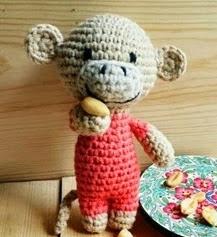 http://planetaypunto.blogspot.com.es/2014/05/amigurumi-crochet-patron-mono-miko-puntos.html#more