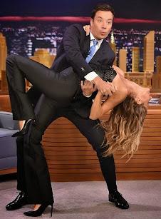 Gisele Bundchen hace flexiones con Jimmy Fallon.