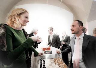 Echecs à Londres : le mannequin Lily Cole face à Veselin Topalov - Photo Fide