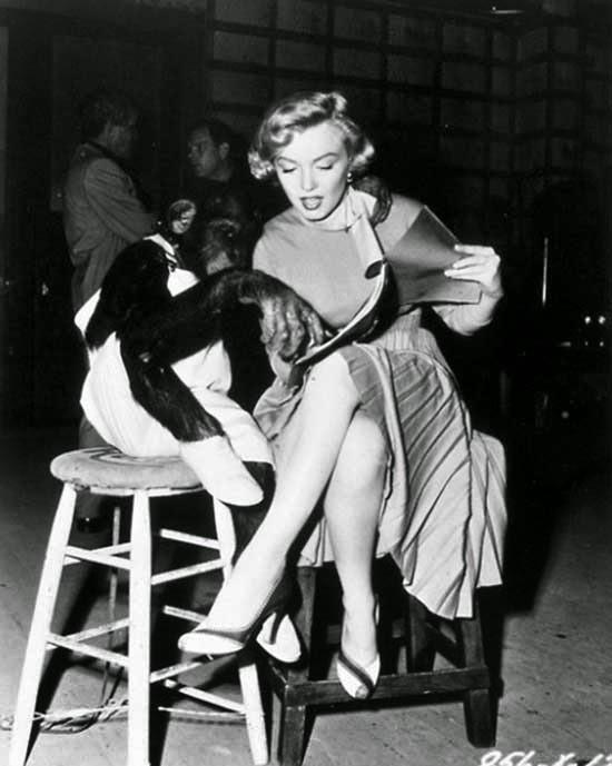 """Marilyn Monroe repasando el guión de """"Me siento rejuvenecer"""" (1952)"""