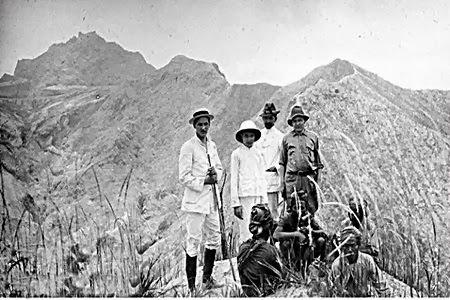 Dr. Pedro Arens bersama rombongan yang terdiri dari seorang wanita dan pria Eropa saat mendaki Gunung Kelud tahun 1922