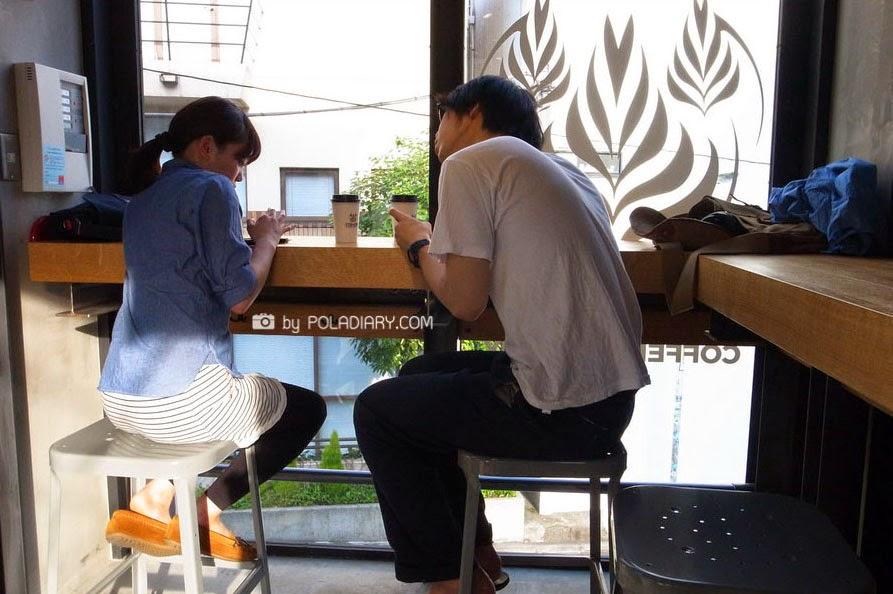 04-Hiroshi-Sawada-Barista-Streamer-Coffee-Company-Container-Building-www-designstack-co