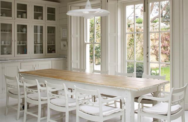 Acogedor ambiente cocina comedor y sal n en blanco - Decoracion mesa comedor ...
