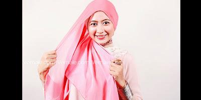 Cara Memakai Hijab Segi Empat Kreasi Modern Dua Warna Romantis