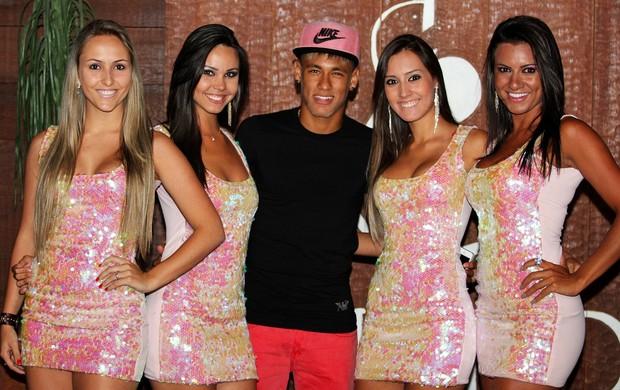 Cercado de mulheres, Neymar curte balada durante suas férias em SC