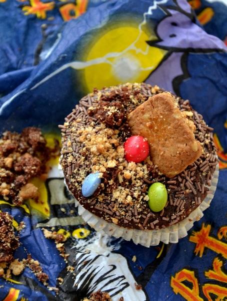 muffin decorato con granella di cioccolato, biscotti sbriciolati e praline colorate per halloween