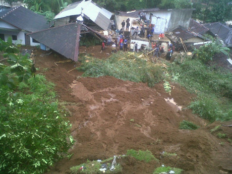 Longsor Timbun 5 Rumah di Bogor, 2 Orang Meninggal