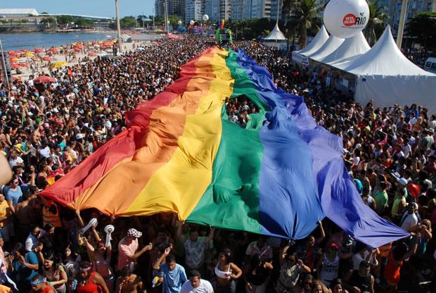 O tradicional bandeirão com as cores do arco-íris não resistiu à animação do público, que abriu um buraco no adereço (Foto: Alexandre Durão)