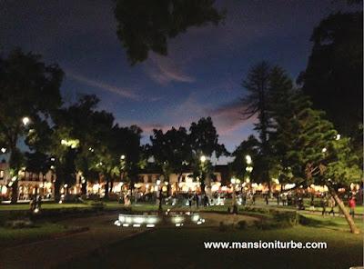 Plaza Vasco de Quiroga en Pátzcuaro iluminada