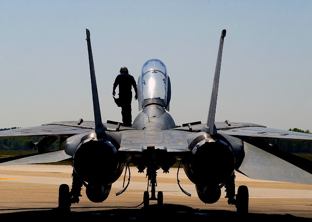 F-14D Tomcat preflight check.