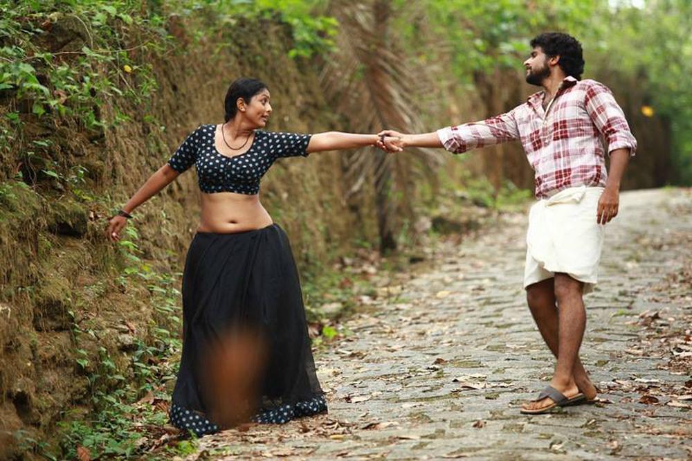 Malayalam actress Vinutha Lal latest hot navel show photos in saree