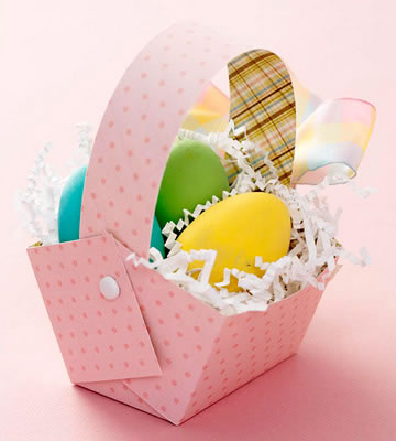 patrón para canastas tijeras pegamento cintas de colores huevos de