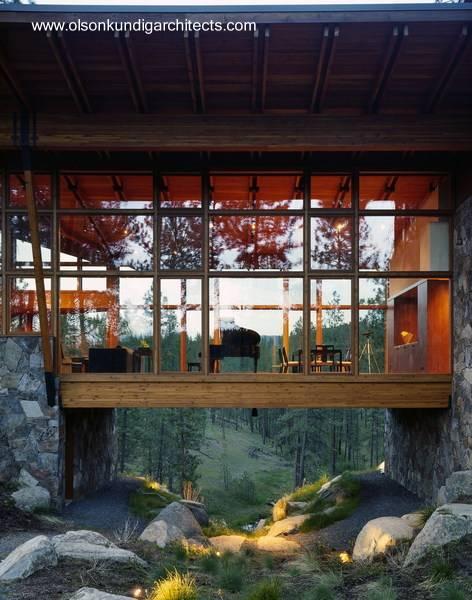 Casa contemporánea aislada de madera y piedra en Estados Unidos