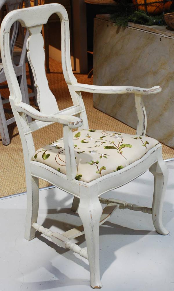 silla gustaviana con respaldo calado tapizada