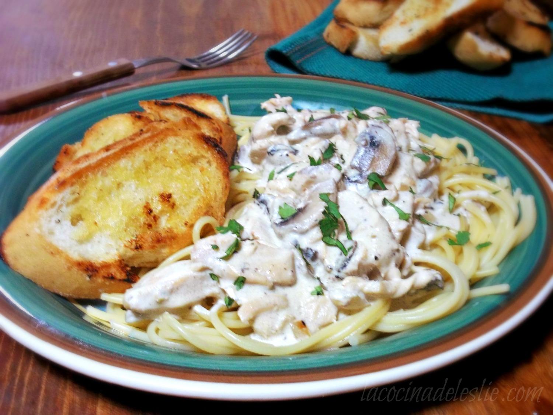 Pollo a la Crema (Creamy Chicken & Mushroom Pasta) - lacocinadeleslie.com