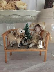 Julpyntat i vitrinskåpet