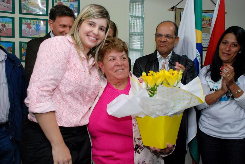 Primeira-dama Alessandra Rosa com dona Helena Leite de Souza, viúva do comerciante Antonio Bento de Souza, que dá nome ao Centro de Educação Infantil