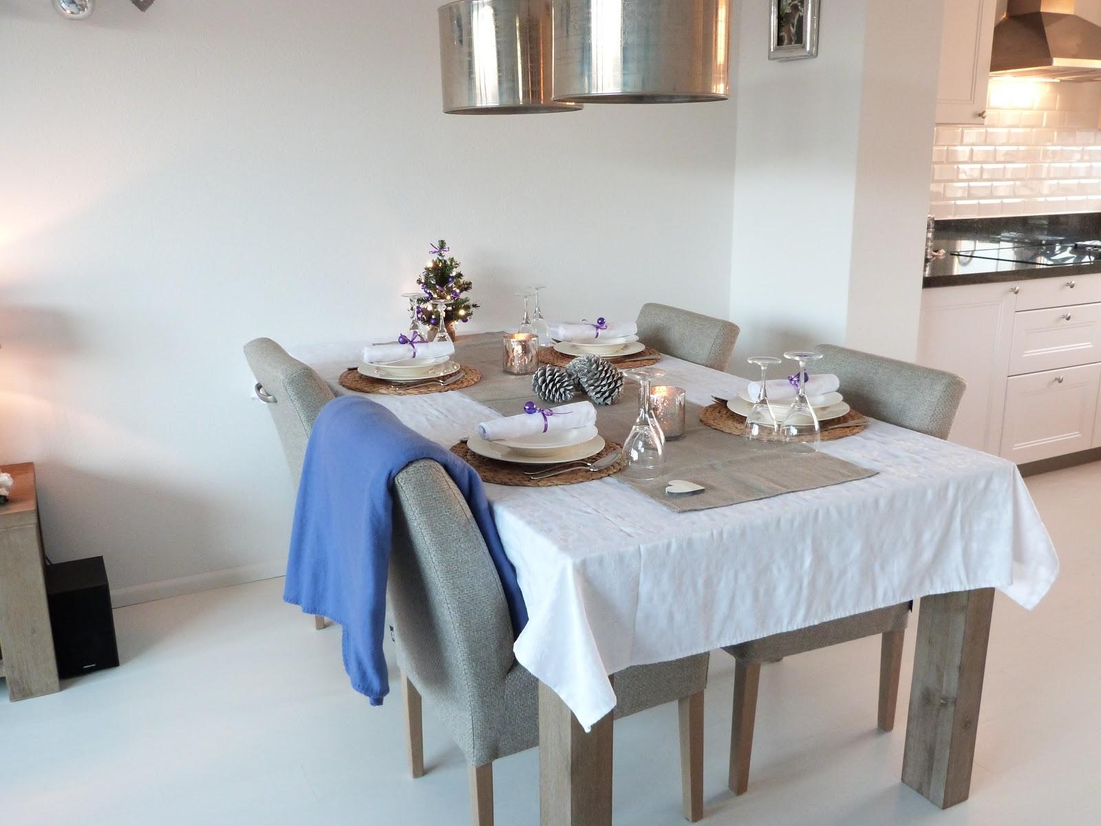 Woonkamer versieren voor kerst op het tafeltje bij de bank staat een dienblad in kerstsfeer - Slaapkamer om te versieren ...